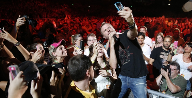 Dierks Bentley with fans